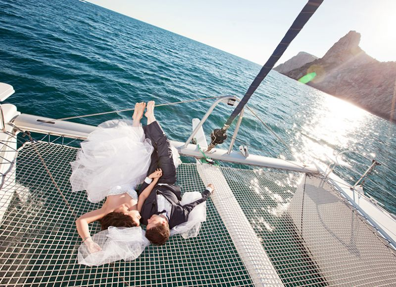 Organise an original and intimate wedding on board the Lucile 2 catamaran.